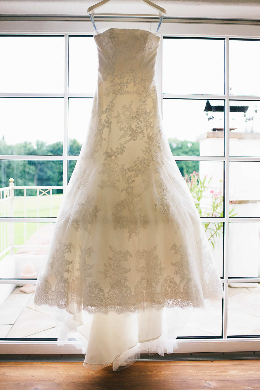 Brautkleid am Fenster