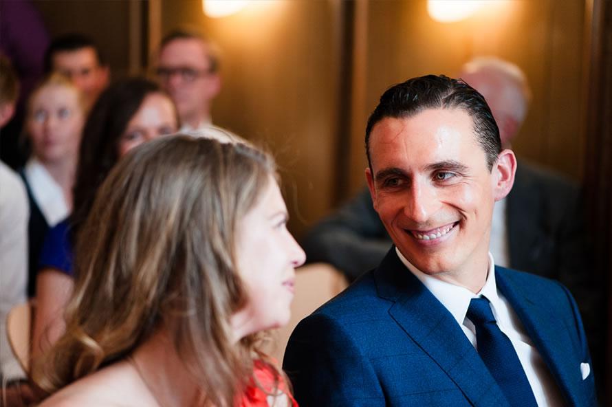 strahlendes Brautpaar an der Trauung