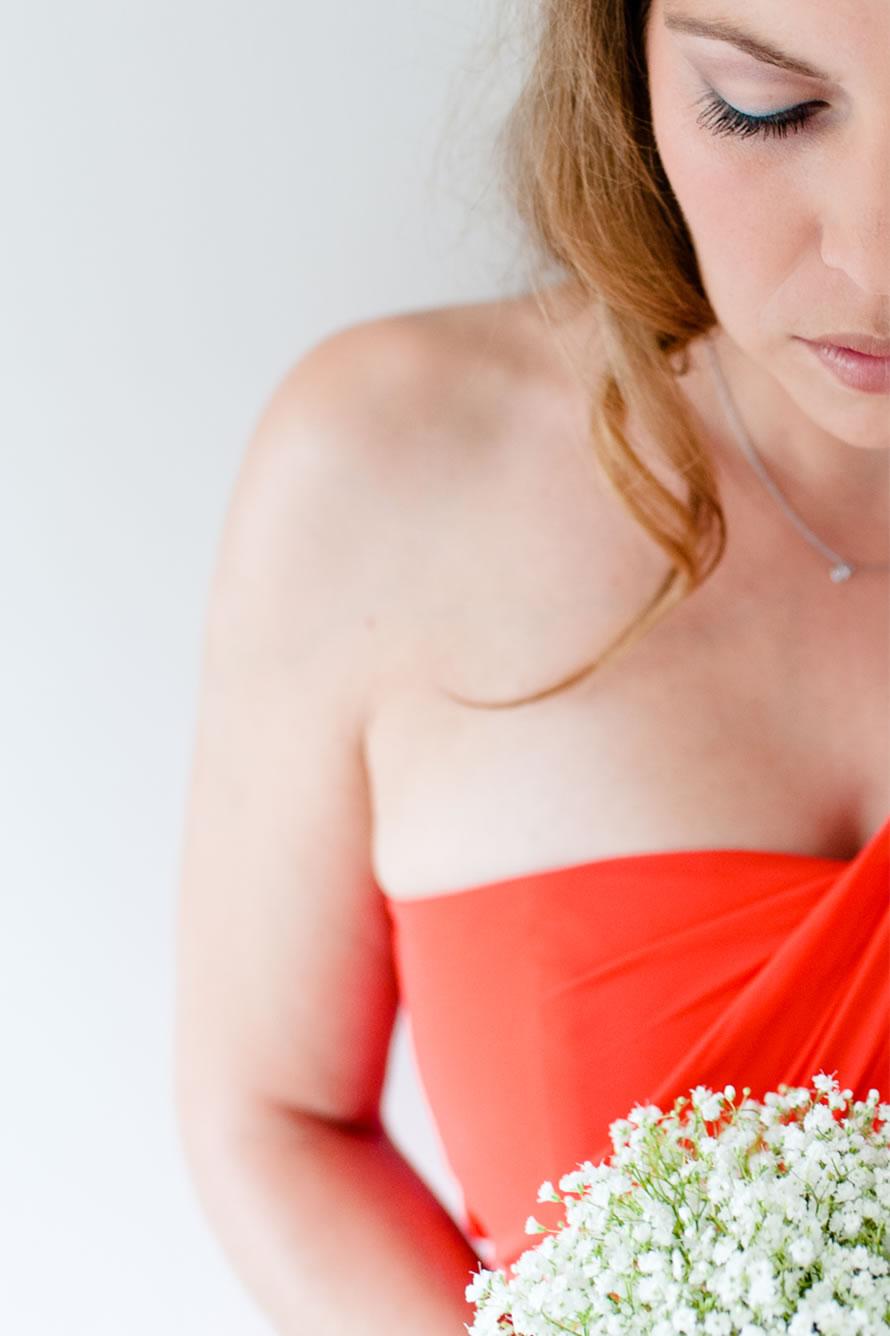 Braut in rotem Kleid