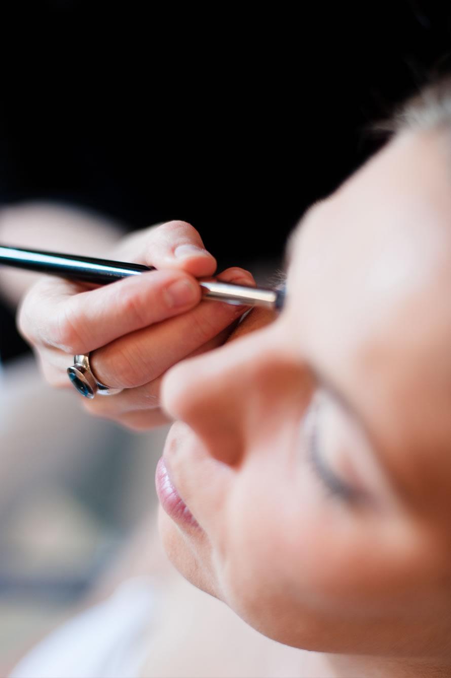 Hochzeitsvorbereitung der Braut Haare & Makeup