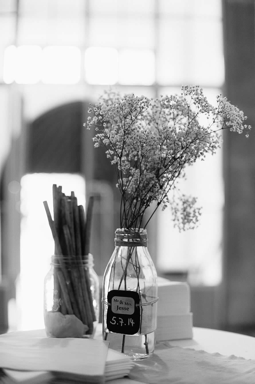 Hochzeitsdekoration im Milchglas mit Schleierkraut