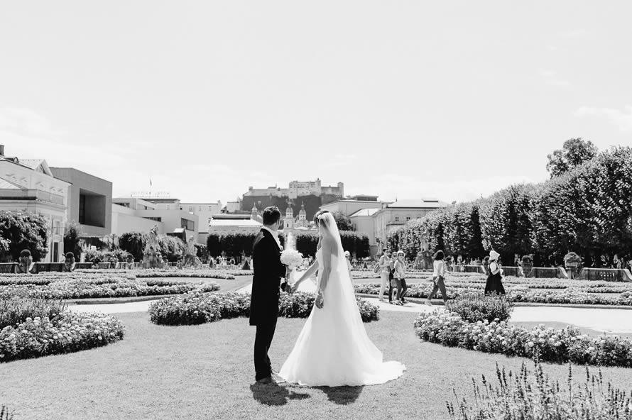 Brautpaar im Schlossgarten Mirabell Salzburg