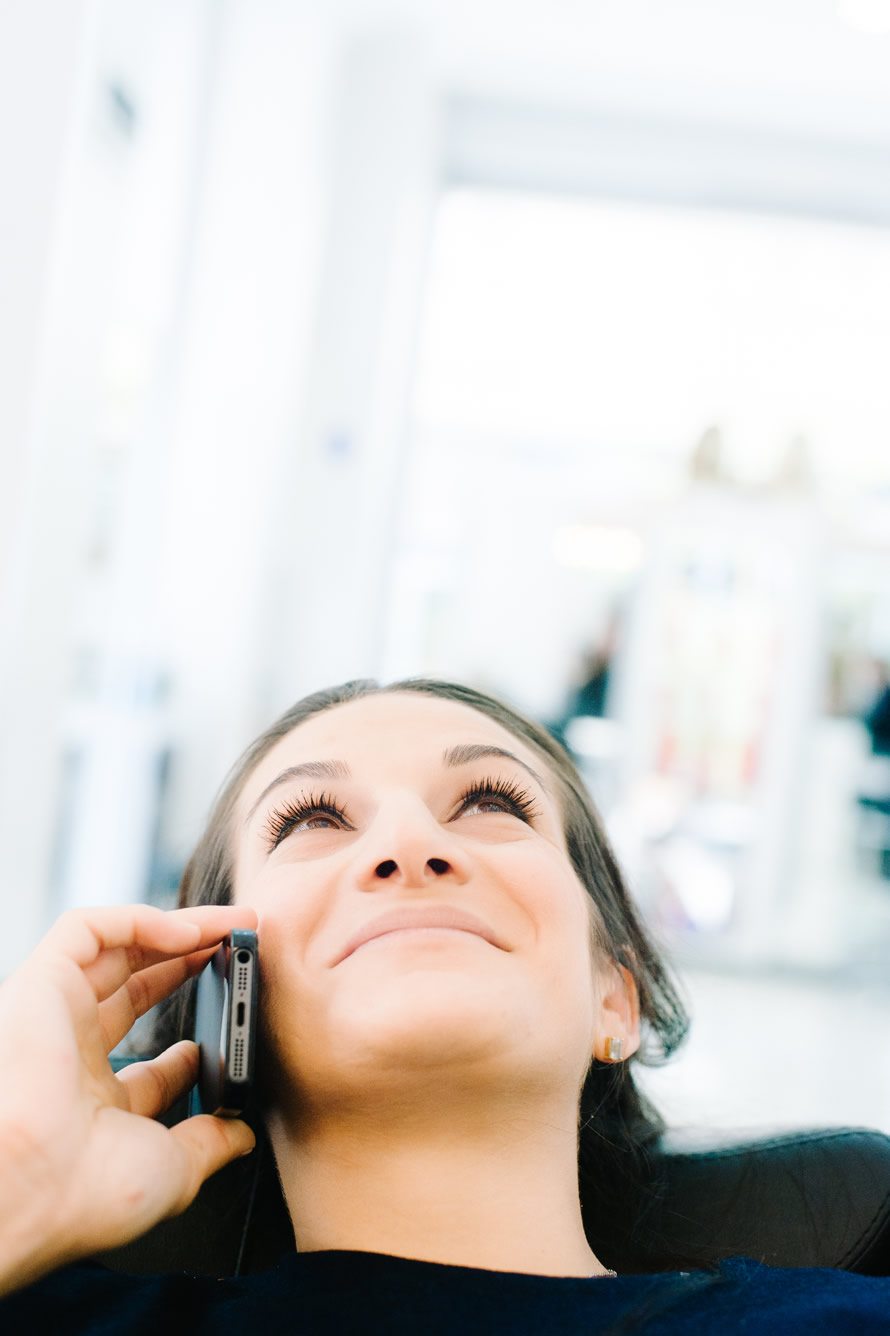 Schwangere telefoniert mit Mann