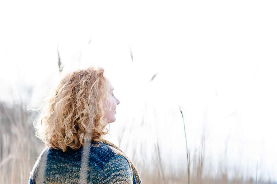 Frauenportrait im Winter im Schilf