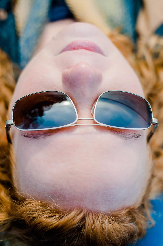 Portrait von Frau ganz nah mit Sonnenbrille