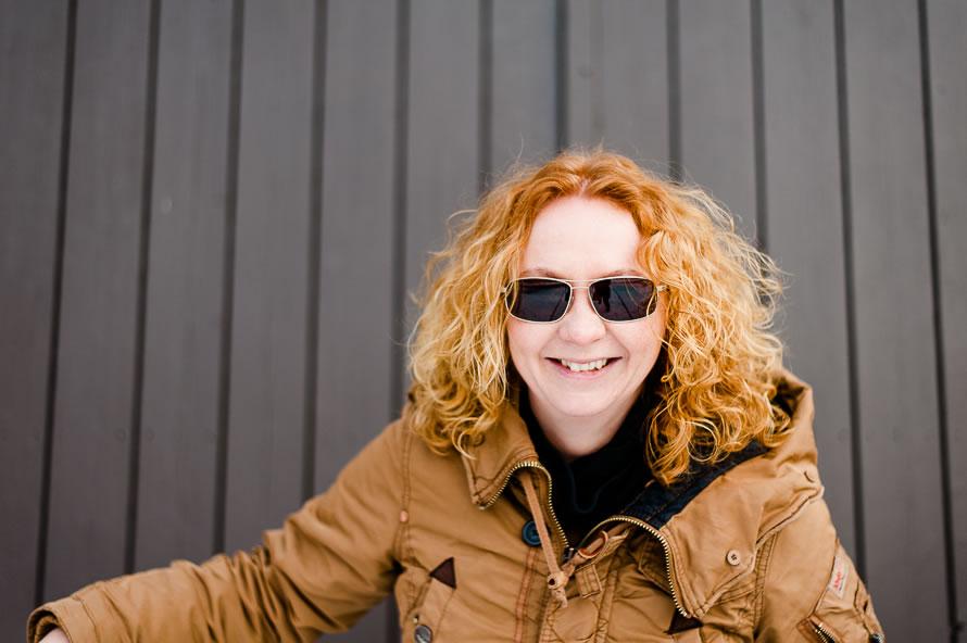 lachende Frau mit roten Haaren