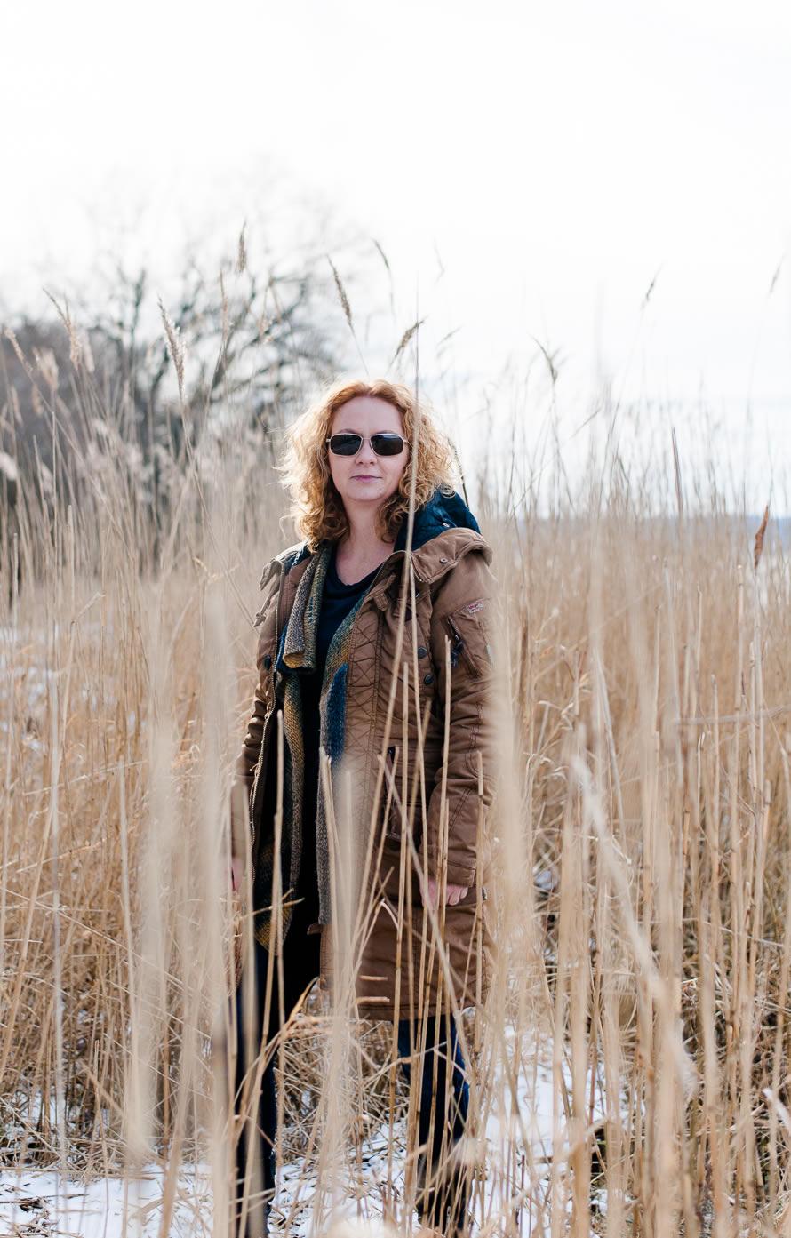 Ein Portrait Frau im Schilf im Winter
