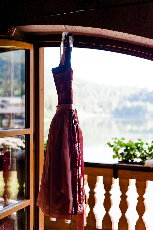 Brautkleid am Fenster mit Blick auf den Spitzingsee
