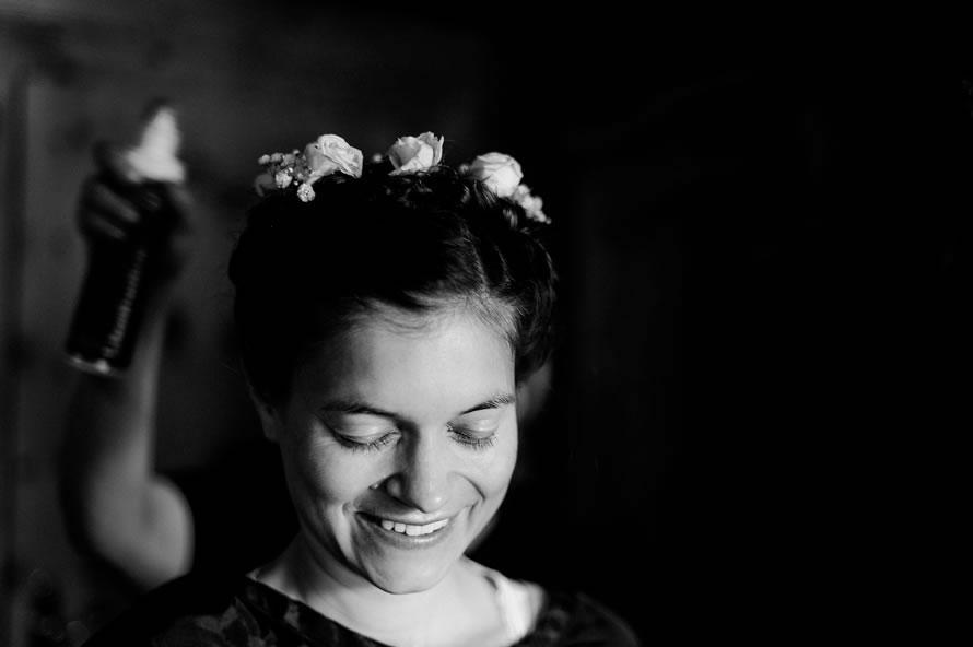 Braut beim Haarstyling