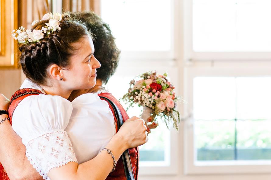 Innige Umarmung Braut und Oma