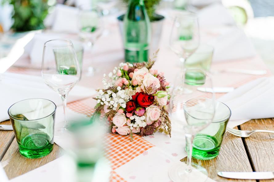 Wundervoller Hochzeitstisch schön geschmückt in pastellfarben
