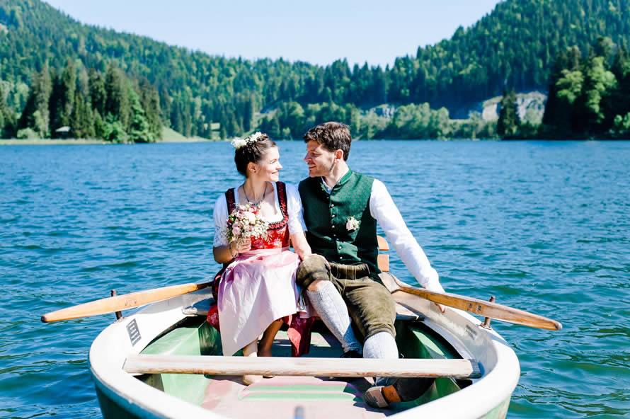 Brautpaar im Ruderboot auf dem Spitzingsee