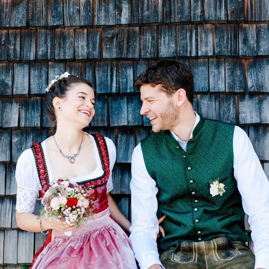 fröhliches zukünftiges Brautpaar
