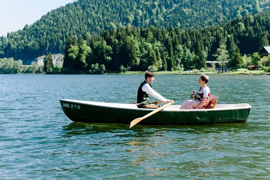 Brautpaar rudern auf dem Spitzingsee