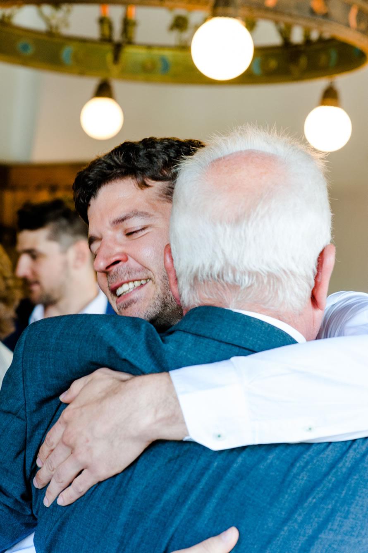 Sohn umarmt seinen Vater nach der Trauung - sehr emotional