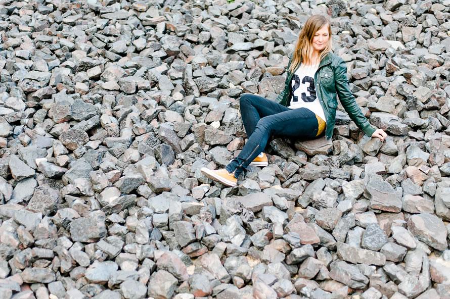 Portrait fotos Katja sitzend auf grauen Steinen