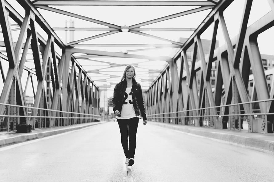 Katja auf der Brücke mit Sonnengegenlicht