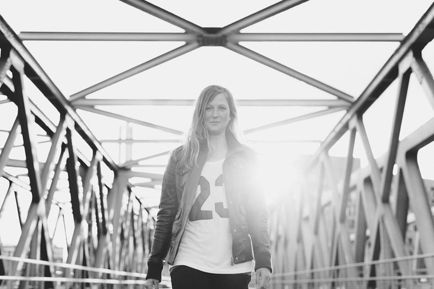 Katja im Sonnenuntergang auf der Brücke