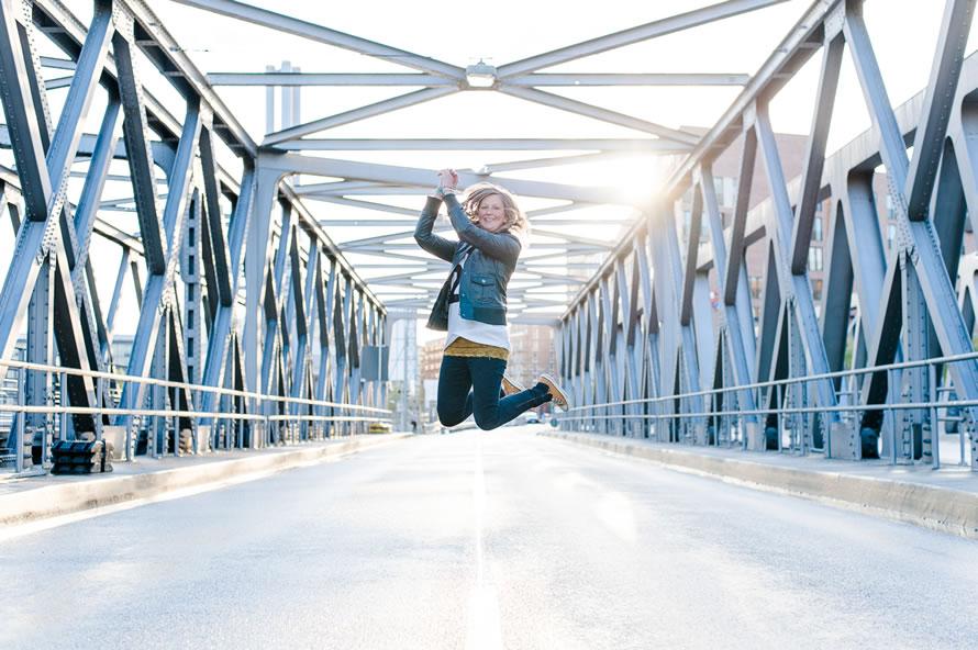 Portrait fotos von Katja auf der Brücke