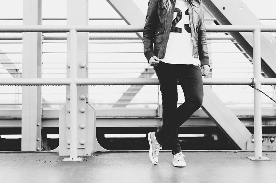 Katja steht am Geländer
