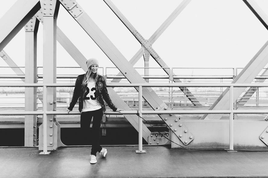 Katja lehnt an der Brücke
