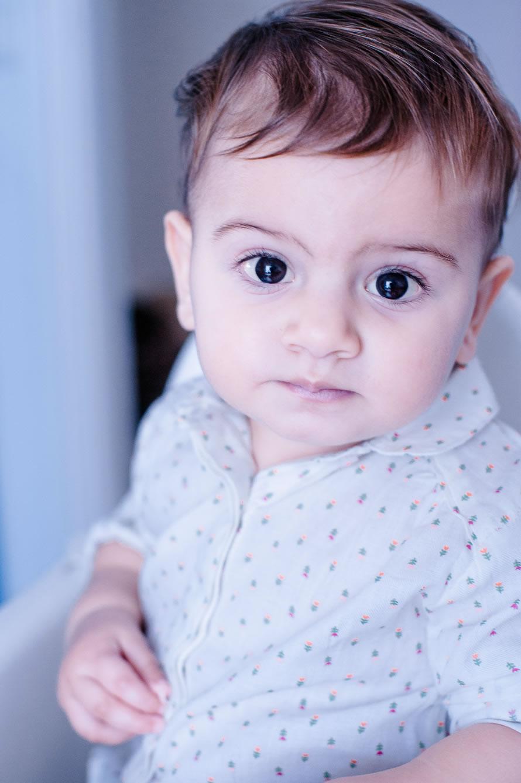 kleine Umay sieht in die Kamera