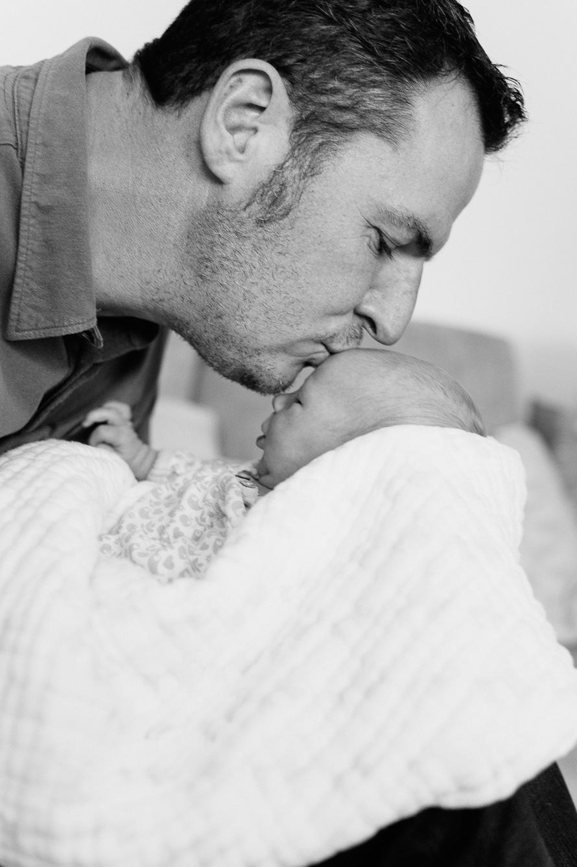 Papa küsst seine Tochter auf die Stirn