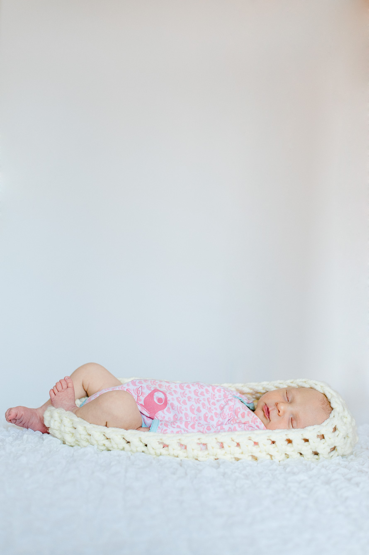 Ronja schläft im gestrickten Kokon
