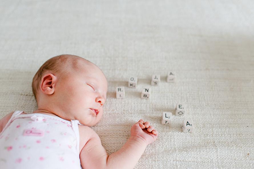 Ronja und Buchstabenwürfel mit ihrem Namen