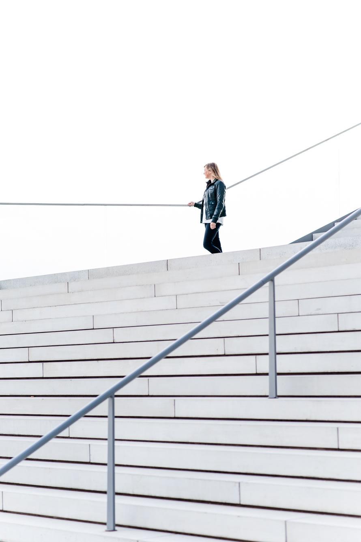 Katja auf der Treppe