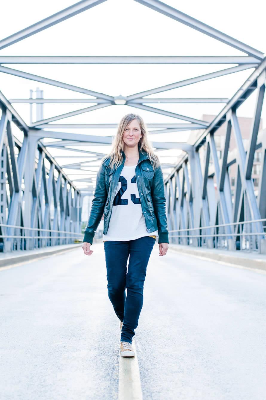 Katja kommt mir auf der Brücke entgegen