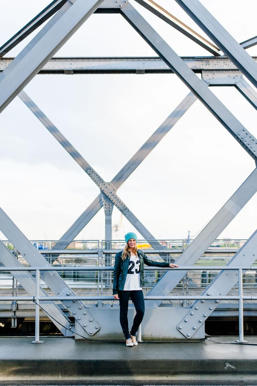 Katja lehnt am Brückengeländer