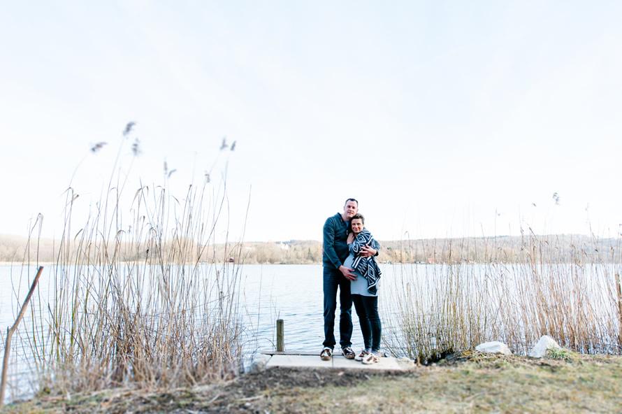 zukünftige Eltern am See stehend