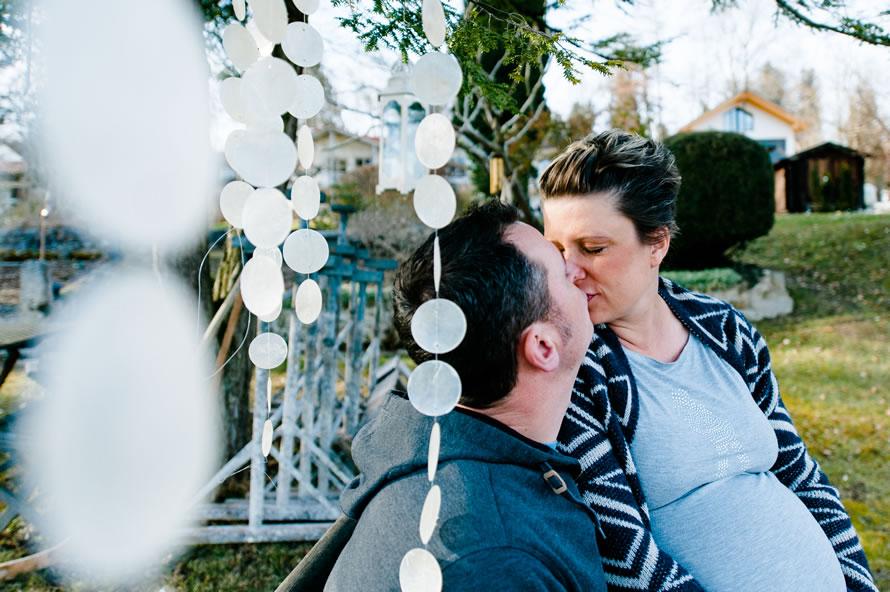 zukünftige Eltern küssen sich