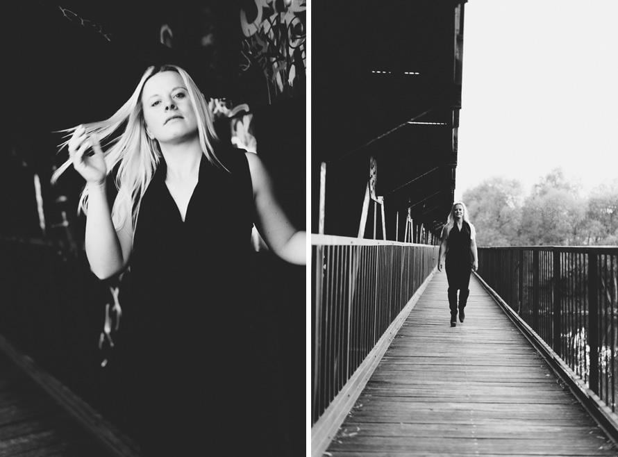 Schwarzweissfotos von Christin auf der Brücke