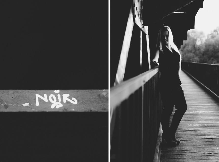 Schwarzweiss Foto von Noir & Christin auf der Brücke