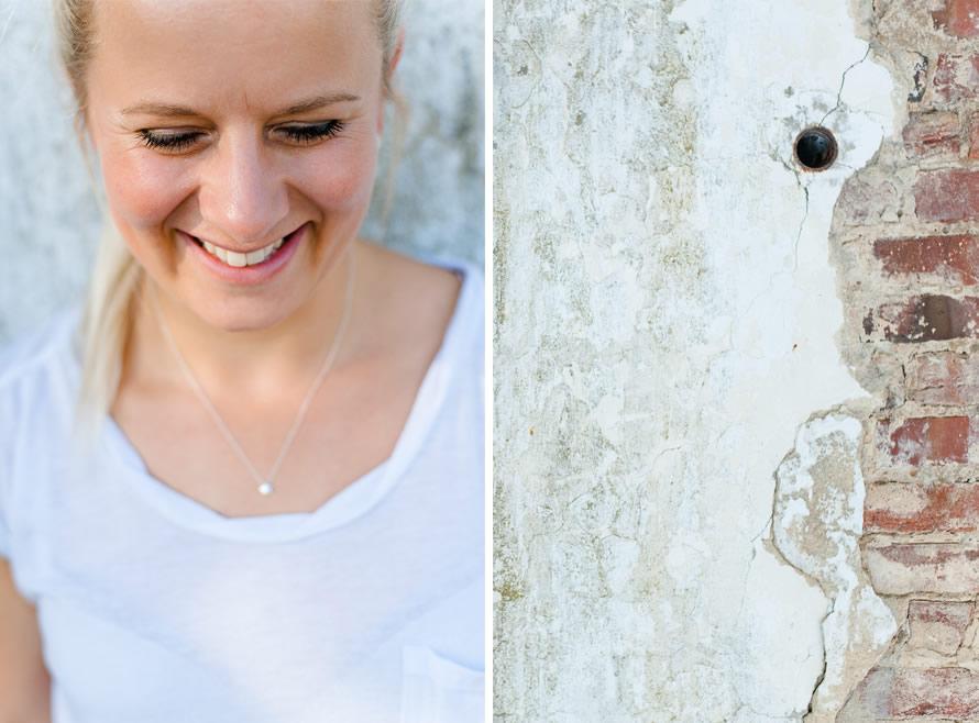 Christin & eine alte zerbröckelte Wand