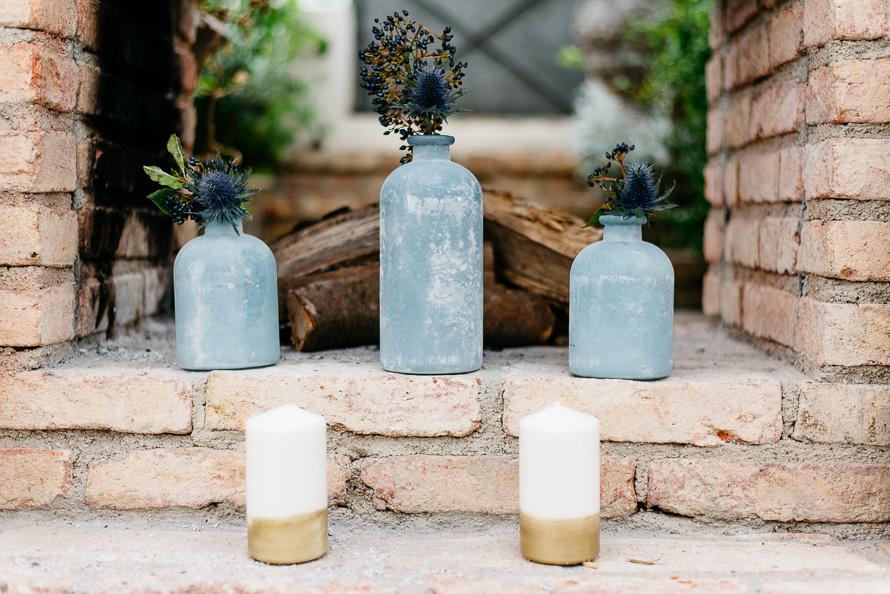 drei Vassen mit blauer Distel und blauen Beeren