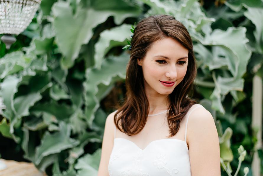 lächelnde Braut vor der grünen Palme