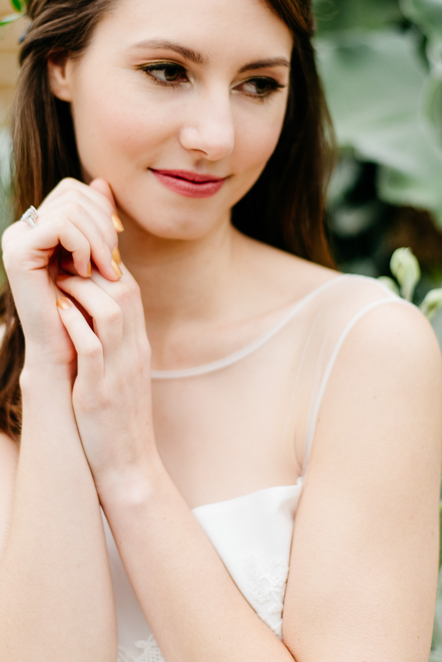 träumende Braut mit goldenen Fingernägeln