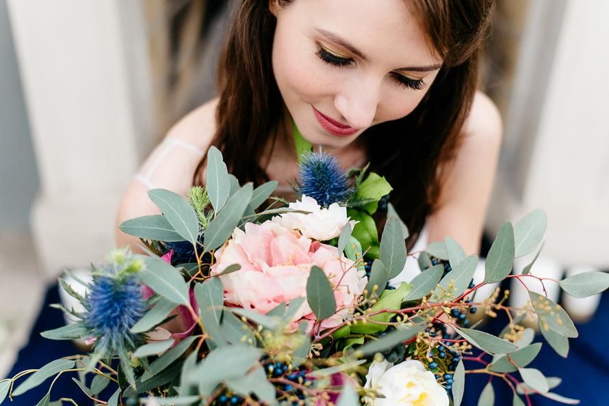 Braut mit einzigartigem Brautstrauß