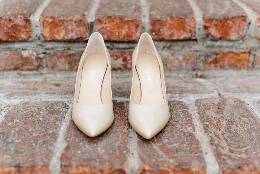 Brautschuhe mit Initialien des Brautpaars R & P
