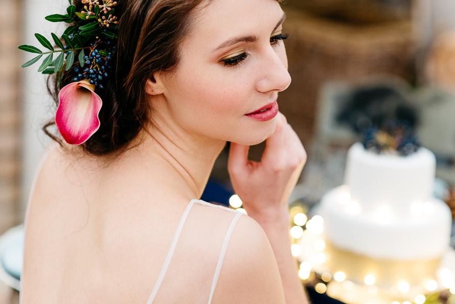 Braut mit Blume im Haar