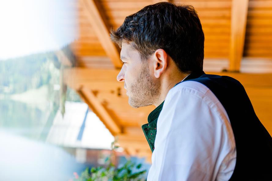 Bräutigam nachdenklich Stunden vor der Trauung
